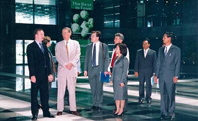 Đón tiếp Tổng Lãnh Sự Mỹ Raymond Burghardt (2002)
