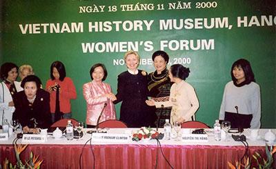 Bà Mai Thanh tham dự Diễn đàn Phụ nữ với Ngoại trưởng Mỹ Hillary Clinton (2000)