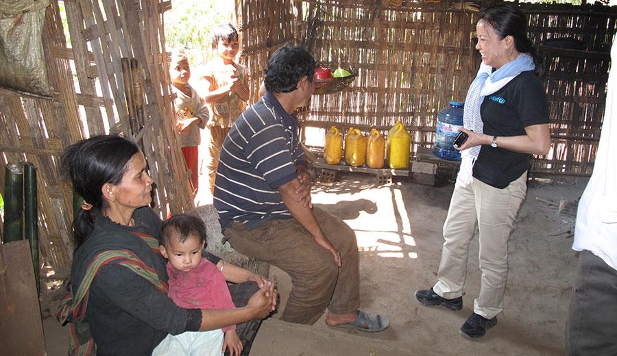 Đồng hành với UNICEF thăm trẻ em nghèo tại tỉnh Kon Tum (2014)